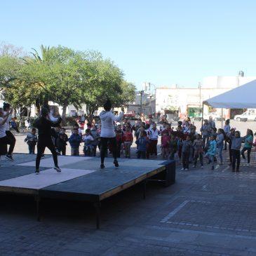 Activación física con alumnos de la primaria Alba y Mazuca